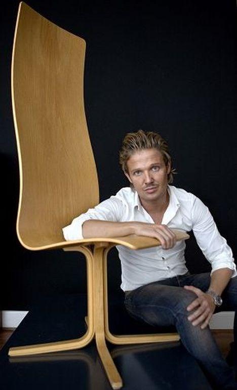 Arne Jacobsens Oxford-stol - opkaldt efter universitetet, den blev tegnet til - er til salg for et sekscifret beløb - fordi der kun blev fremstillet 26 med fod af træ, lyder den unge butiksindehavers begrundelse for prisen. FOTO: LARS HELSINGHOF/SCANPIX