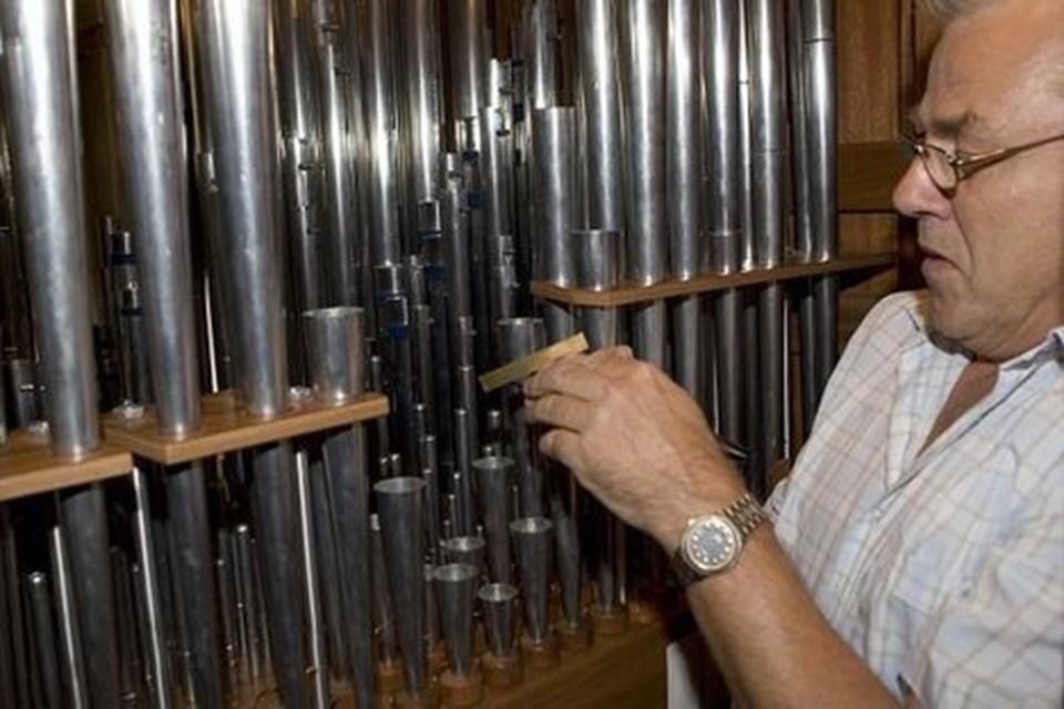 Orgelbygger Paul Hansen har travlt med at finjustere tone og lyd inden indvielsen 2. september. Han holder helst kirkedøren låst for ikke at få koncentrationen brudt alt for ofte.