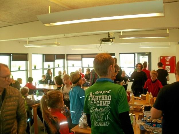 Der var både hygge og trængsel i LKB-Gistrups cafeteria i forbindelse med årets standerhejsning. Foto: Kjeld Mølbæk Kjeld Mølbæk