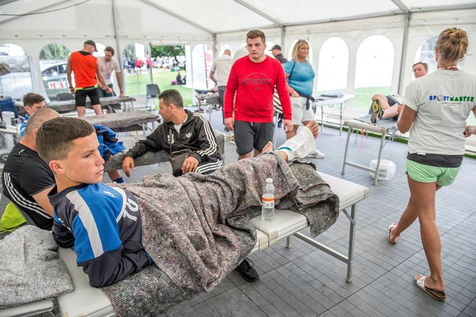 Unge Gandisom Tumaj fra Kosovo havde vredet sin ankel slemt, og var blevet hentet nede ved banen af lægerne. I teltet fik han is på, før de tog stilling til, hvad der videre skulle ske med ham.Foto: Daniel Bygballe