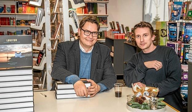 De var begge godt tilfredse med besøget i den lokale boghandel Kon-Tur fredag - såvel forfatteren Anders Bloksgaard og boghandleren Jesper Vad. Foto: Mogens Lynge Mogens Lynge