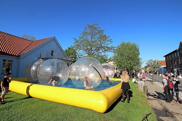 Børn og unge får mulighed for at komme ind i store balloner og rulle rundt i et stort vandbassin. Arkivfoto, Jørgen Ingvardsen