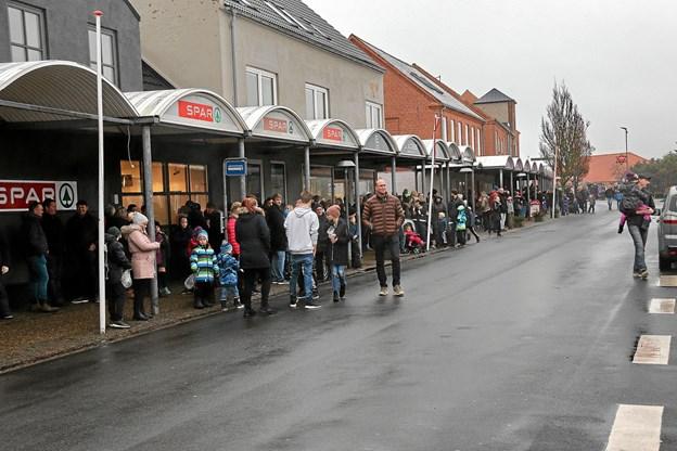 Mange havde taget plads for at se orkestret komme forbi i Bredgade. Foto: Ole Nielsen Ole Nielsen