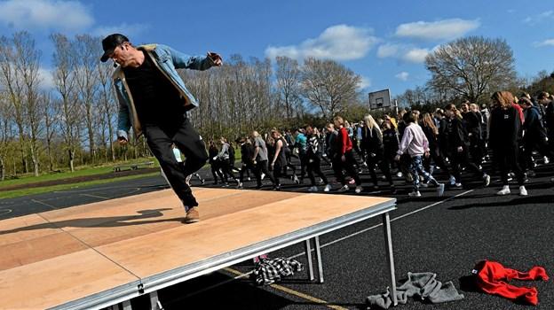 Silas Holst førte an, da de 450 elever dansede til et af numrene fra musicalen Grease. Privatfoto Privatfoto