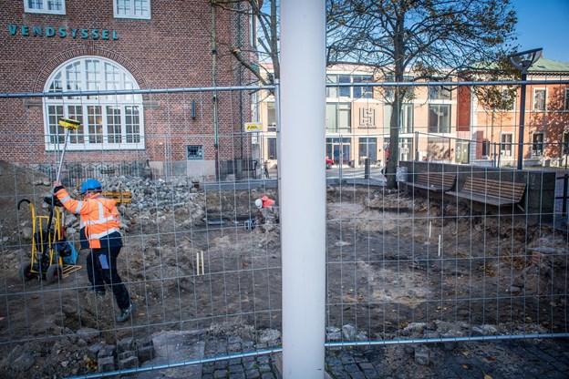 Pladsen både foran og bagved kirken skal lægges helt om - bl.a. med ny belægning.