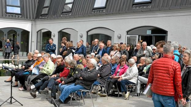 """Flot fremmøde til åbningen af """"Klimakunst 2019 - nordiske udtryk"""". Foto: Jesper Bøss"""