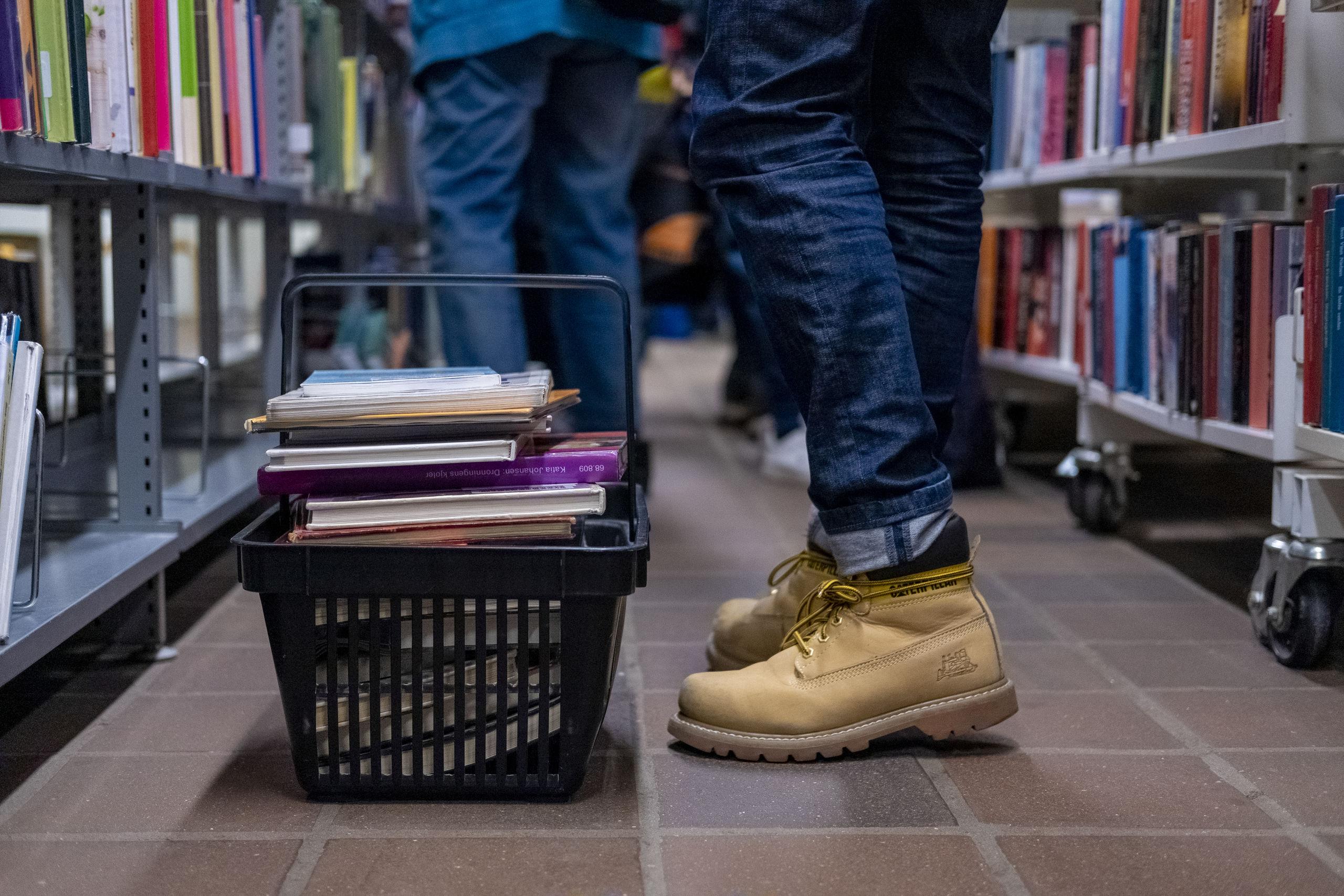 Mange var mødt op for at gøre et kup på bogsalget - som fortsætter fredag og lørdag. Foto: Lasse Sand