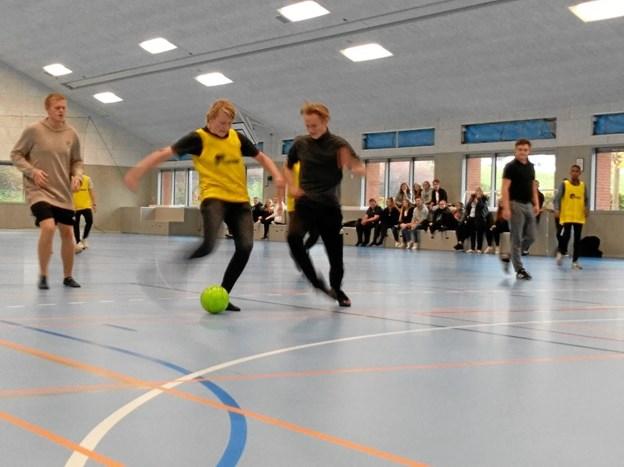 Jeppe Hald Jensen, Simon Evert Laibjørn og Jakob Mejlstrup Jensen i kamp om bolden i Erhvervsskolerne Aars' nyopførte idrætshal. Privatfoto