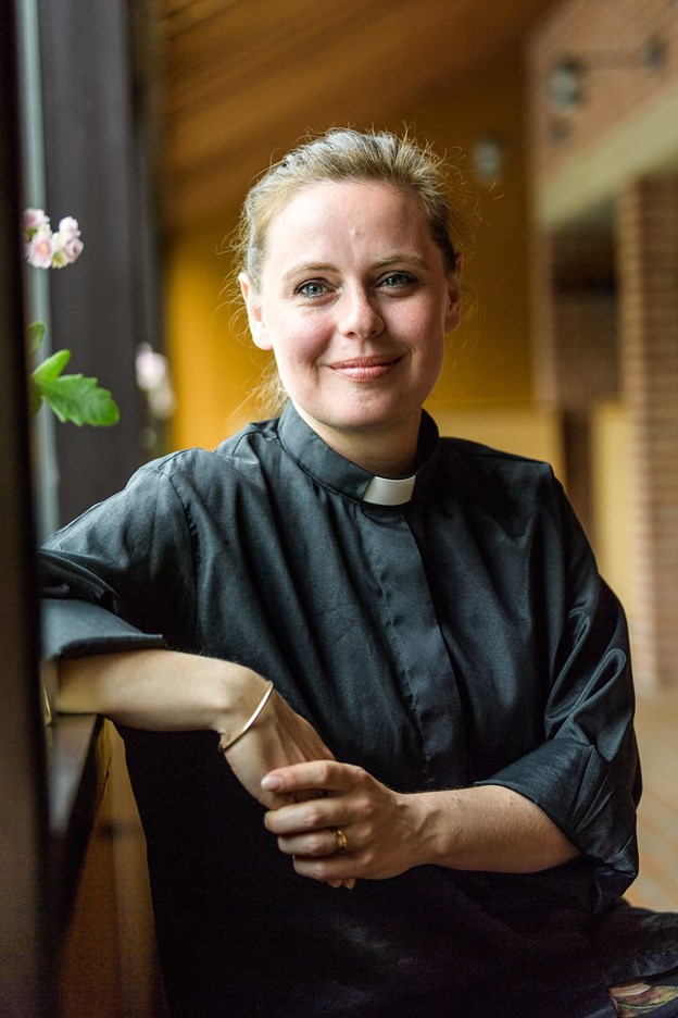 """""""Er I klar til at starte en fest?"""" spurgte Tine Gramm Petersen, bedsteforældre, forældre og søskende på kirkebænkene, da hun konfirmerede sit første hold af sognebørn."""