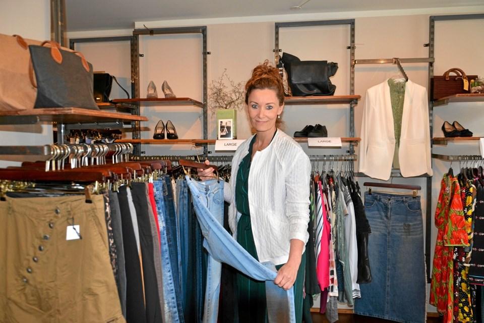 Trine Rødgaard har åbnet Secon Hand Fashion (2ndhandfashion.dk) på Torvet i Mariager. Foto: Jesper Bøss