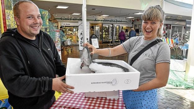 Kan man gætte fisk. Som denne fisk Maria Vangsgaard og Jonas Kjær, vicevært, holdet, så kan man vinde den med hjem. (Pst...det er en kulmule) En af mange sjove aktiviteter til Hawdaw i dag fredag i Hanstholm. Foto: Ole Iversen