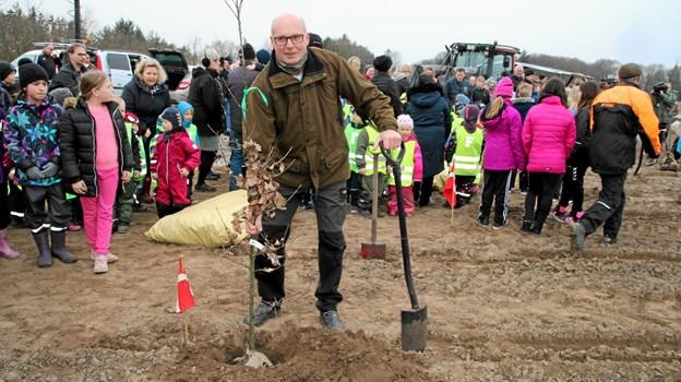 Formanden for Vandforsyningen for Brovst og Omegn, Flemming Frost,  plantede først et af de store træer. Foto: Flemming Dahl Jensen Flemming Dahl Jensen