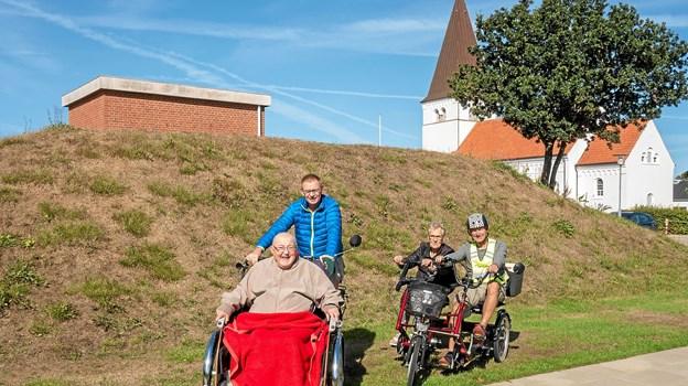 Preben Trolle er klar til at køre en tur med Frede Ejstrup og Esben Mikaelsen med Ingrid Jørgensen. Foto: Niels Helver