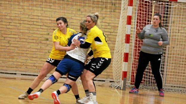 Hertil og ikke længere - siger pigerne i de gule trøjer fra ØHIK. Foto: Flemming Dahl Jensen Flemming Dahl Jensen