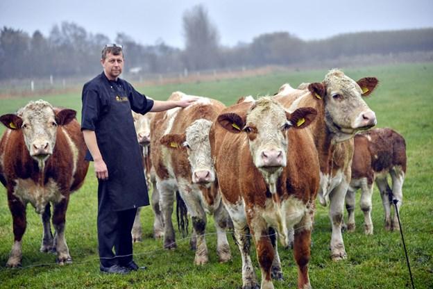 Oksekødet, der sælges i gårdbutikken, kommer fra familiens egne køer, der græsser omkring ejendommen. Derfor er Torben Brander også helt sikker på, at kvaliteten er helt i top. Foto: Kurt Bering