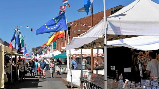 Juni: I 27 graders varme og med det internationale Street Marked i byen, kunne besøgende på gågaden i Hirtshals opleve en fantastisk stemning, som ellers kun findes i de sydeuropæiske lande. Foto: Niels Helver Niels Helver
