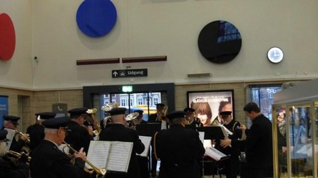 Der er god akustik i banegårdshallen, så Aalborg Jernbaneorkester spillede op. Privatfoto