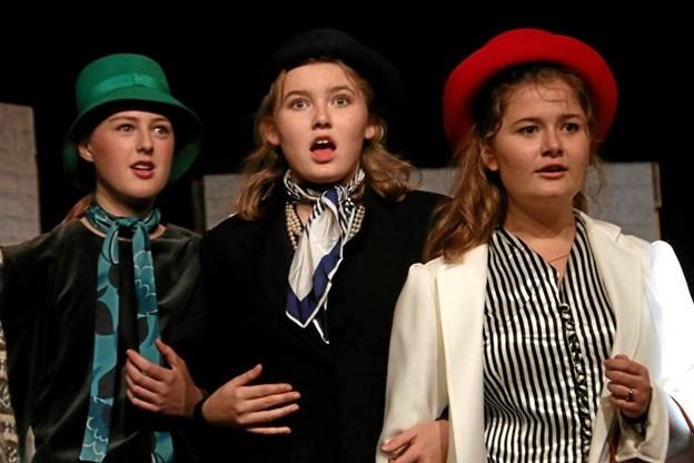 Veninderne Lise, Tove og Malene (spillet af Marie Binow Lassen, Mathilde Klitgaard Gregersen og Mathilde Fabricius Olsen).         Foto. Erik Røgild Picasa