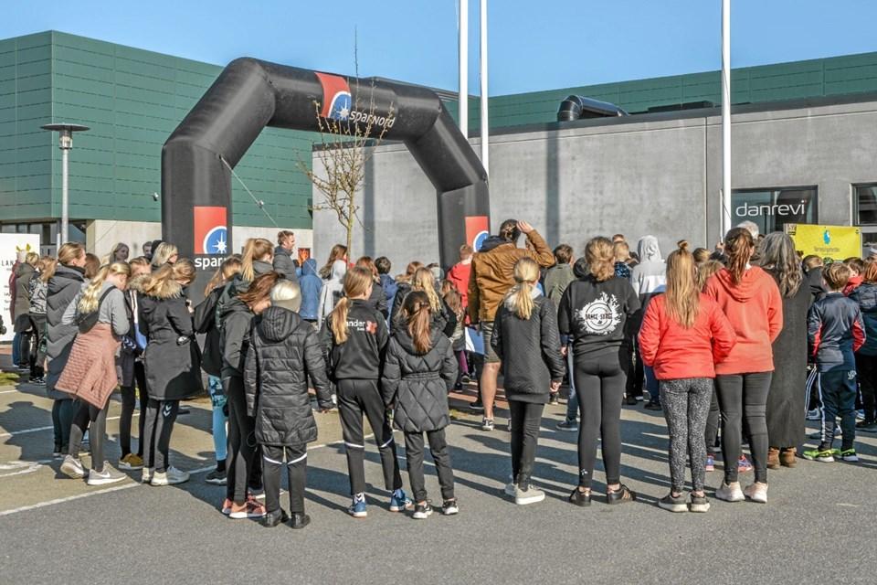 Inden Team Rynkeby Skoleløbet var der opvarmning ved Lanternen i Løgstør. Foto: Mogens Lynge Mogens Lynge