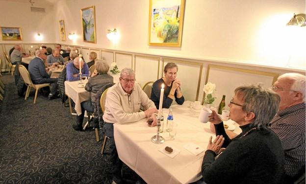 Der var mange, der mødte op for at få en festsnak, da Dronninglund Hotel holdt åbent hus.Foto: Jørgen Ingvardsen