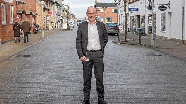 Afdelingsdirektør i Jyske Bank, Carsten Holst Vinther-Jensen, er ny formand for Sindal Handelsstand, og med begge ben plantet lige midt i byen håber han, at alle vil være med til at gøre Sindal til en endnu bedre handelsby. Foto: Niels Helver