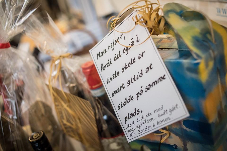 Mange kom med gaver til Anders Bilgram i anledning af bogen, som han har fortalt om både i tv og radio. Foto: Martin Damgård Martin Damgård