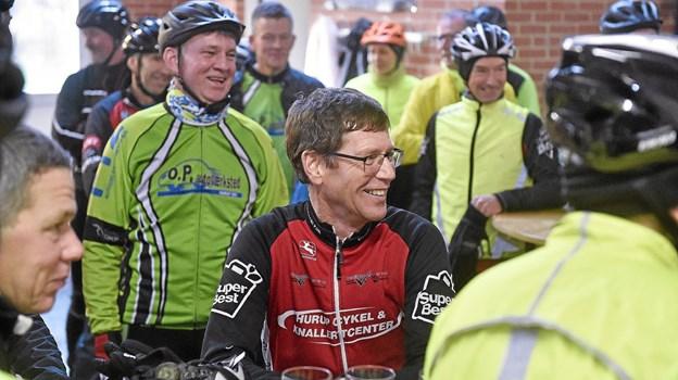 Humøret var i top fra start. De røde trøjer fra Hurup Cykelmotion var denne gang inviteret med på turen. Foto: Ole Iversen Ole Iversen