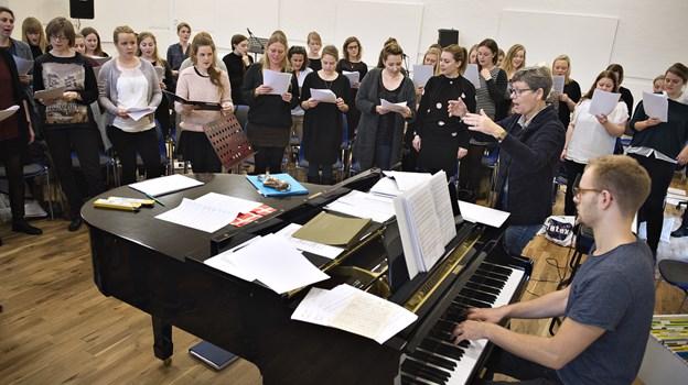 Fællesværker bliver sat sammen på dagen.  Her ses Birgit Munch i gang med at indstudere en sang ved en tidligere lejlighed - akkompagneret af sønnen Mathias Madsen Munch, som også deltager i koncerten 16. marts ved flyglet.