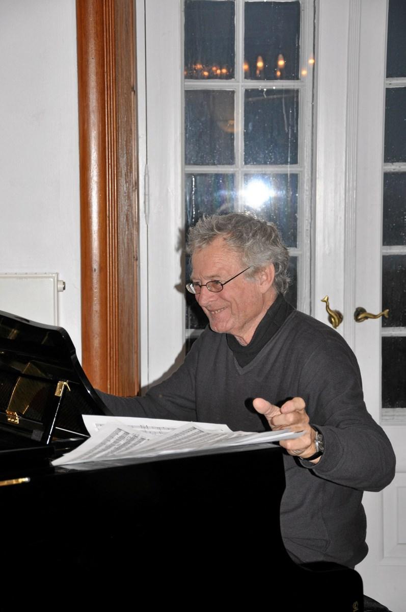 """Her er komponisten Svend E. Nielsen, mens han arbejdede med musikken til sidste års egnsspil """"Kongen, hyrden - og Sct. Laurentii tårer"""" på Klitgården. Foto: Mads-Peter Neumann."""