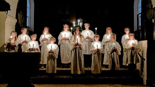"""Skole-kirkekoret Rødderne uropførte den nye salme """"Vi har i Sindal en kirke smuk"""", der er skrevet af Channe Lyngbye og Daniel Kviberg. Foto: Niels Helver"""