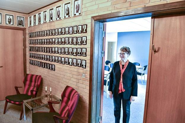 Foran salen hænger billeder af tidligere fremtrædende medlemmer af Odd Fellow i Brønderslev.Foto: Kurt Bering Kurt Bering