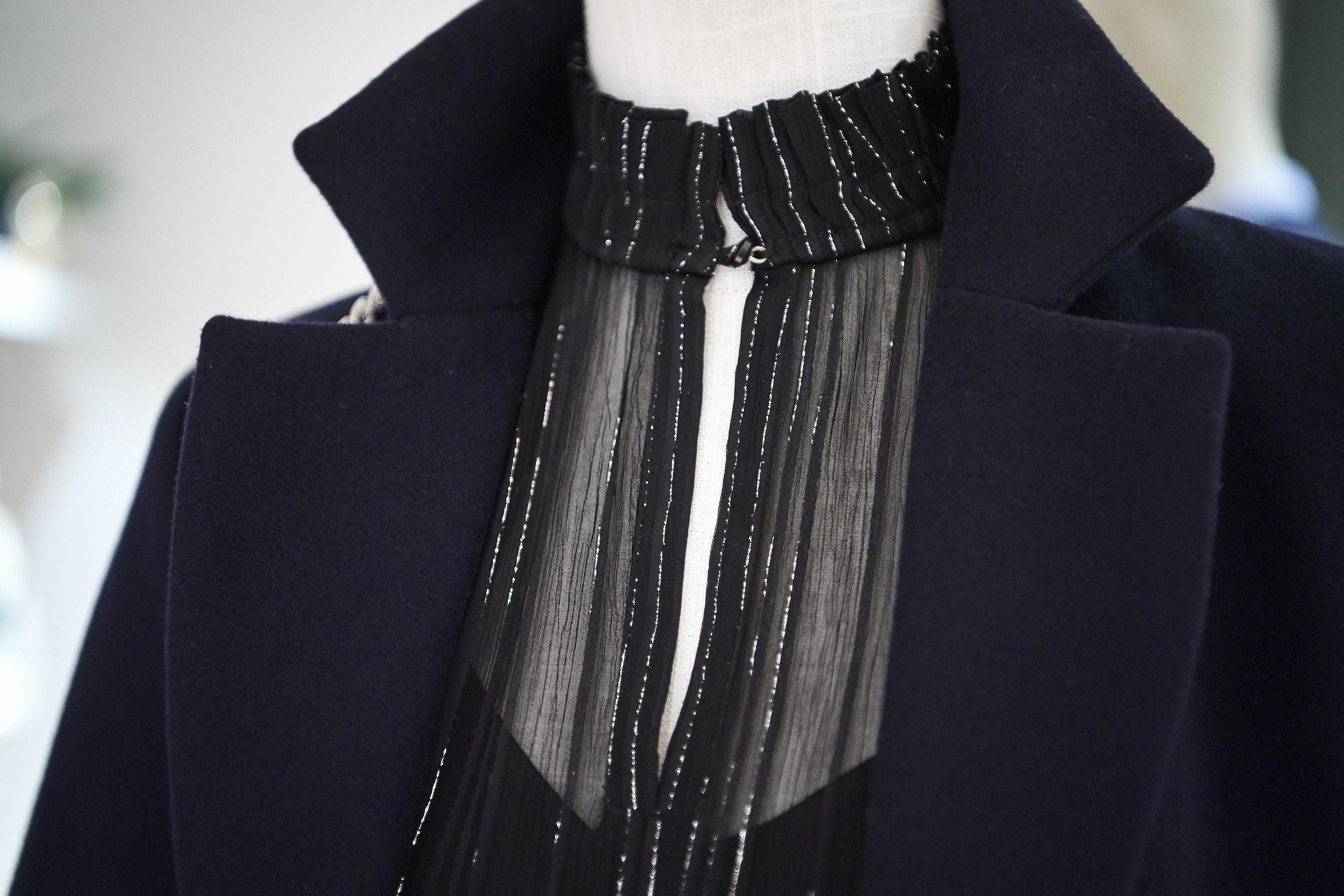 Kjolen er høj i halsen, og den kan dresses op og ned blandt andet ved at fjerne bæltet. Tøj skal ikke bare hænge i skabet til festlige lejligheder, og en kjole som denne kan for eksempel få et mere hverdagsagtigt præg, hvis man sætter for eksempel et par stramme skinbukser og et par rå støvler til, siger Line Gundersen. Foto: Laura Guldhammer