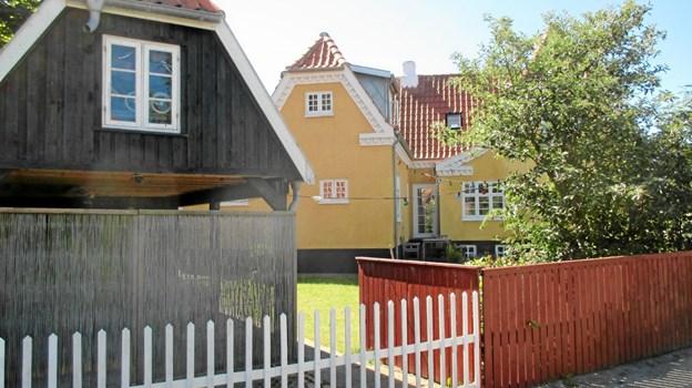 Søndervej 6 blev bygget i 1920 af fisker Johan Rasmussen (1894-1981). Han købte jorden af justitsråd Holst, og et pakhus på matriklen blev fjernet i forbindelse med handelen. Johan fik bygget S 76 Brødrene på Nippers værft i 1924 og tog på Englandsfiskeri. Han giftede sig i 1918 med Anna Marie og sammen fik de drengene Harry, Christian og Sofus, bedst kendt med tilnavnene Rump. Endvidere fik de Aase, Edith og Lilly. Sidstnævnte overtog barndomshjemmet, og i dag er det barnebarnet Ann Marie og hendes familie, der råder i huset, som har fået tilbygget en udvidelse, der harmonerer smukt med den oprindelige bygning. LOKALHISTORISK ARKIV SKAGEN