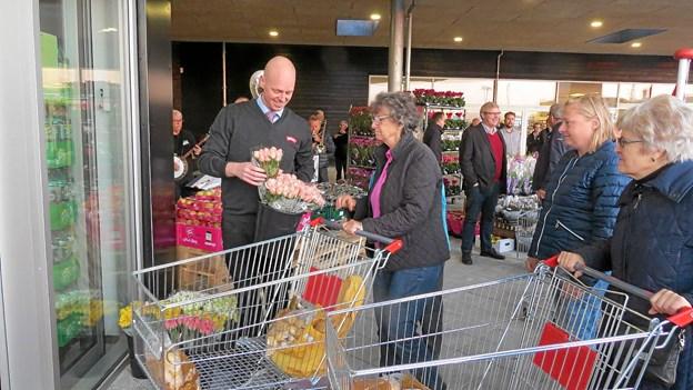 Christian Bast fejrede åbningen blandt andet med at uddele blomster til de morgenfriske kunder. Foto: Kirsten Olsen