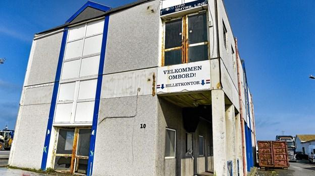 Torsdag formiddag begynder nedrivningen af den forladte og forfaldne færgeterminalbygningen i Hanstholm. Foto: Ole Iversen