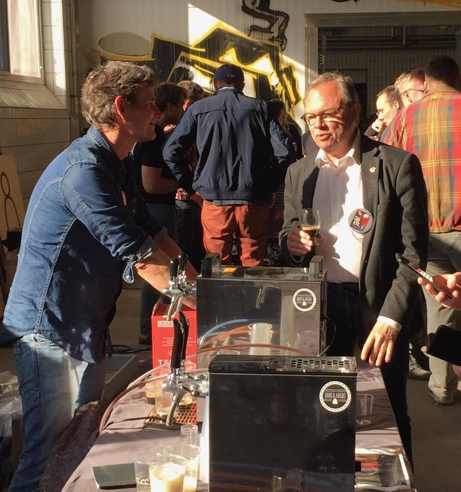 Her giver Carsten Berthelsen (til højre) feedback til brygmester Klaus Bang Carstensen på testbrygget til det, der blev til finalisten Sort Soma. Foto: Magnus Munck Carstensen