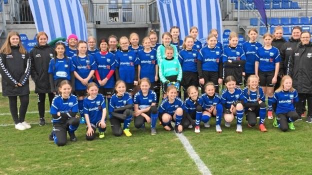 31 FIF pigespillere og fem trænere var inviteret til Lerpytter Stadion af FC Thy Pigernes formand. Det blev en skelsættende aften, hvor pigerne fik lov til at komme træde ud på grønsværen på et fyldt stadion og bagefter havde mulighed for at møde deres idoler.Privatfoto