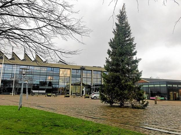Nogen har set sig sur på juletræet ved rådhuset.Privatfoto