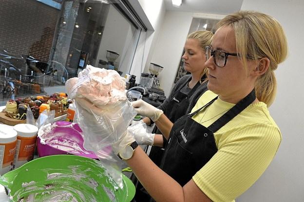 Hemmeligheden ligger i også i det perfekte skum. Her er det Ann Sofie Christensen der propper skum med lakridssmag i trykposen.Foto: Ole Iversen