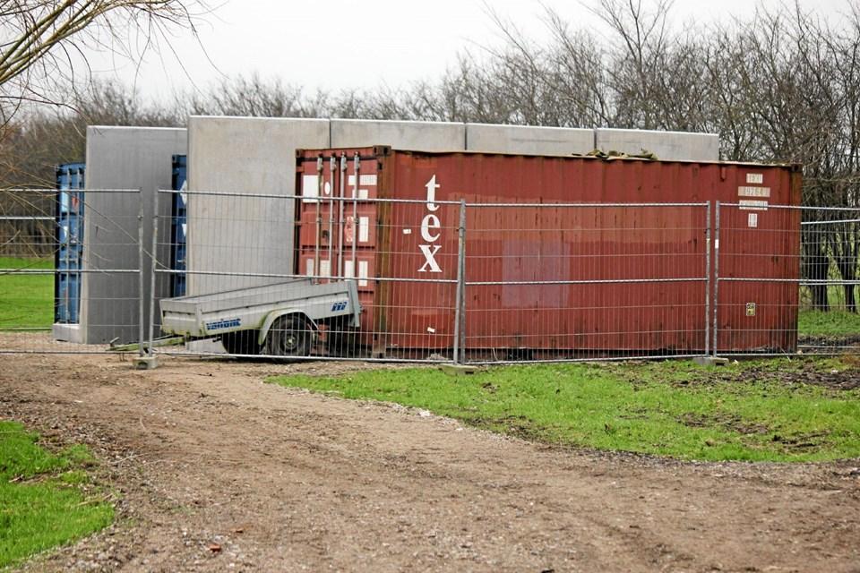Fyrværkeriet opbevares i tre godkendte og indhegnede containere. Mellem containerne er der tykke betonvægge. Foto: Flemming Dahl Jensen Flemming Dahl Jensen