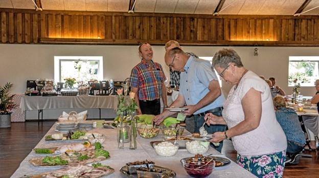 Der var både mad og drikke til de fremmødte gratulanter, som hyggede sig sammen med Line og Brian fredag eftermiddag. Foto: Mogens Lynge Mogens Lynge
