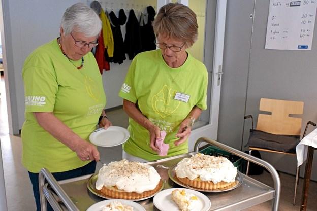 Frivillige fra Vendelbocentrets Venner serverede kaffe og lagkage til beboerne og deres pårørende i pausen. Foto: Niels Helver Niels Helver