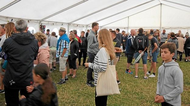 Der var fyldt godt op i det store telt, når regnen styrtede ned. Foto: Jørgen Ingvardsen Jørgen Ingvardsen