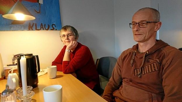 """Billedet over bordet med signaturen """"Klaus"""" er malet af et af de mennesker, der kommer på Skovvej. Her nyder Gitte Mikkelsen, som bruger SIND-Huset en kaffetår sammen med Henrik Tang Jensen, der er pårørende til en bruger."""