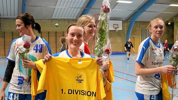 Hvis Mette Olesen skulle komme i tvivl om, hvilken division hun skal spille i til næste sæson, kan hun blot kaste et blik på sin nye t-shirt Foto: Tommy Thomsen Tommy Thomsen