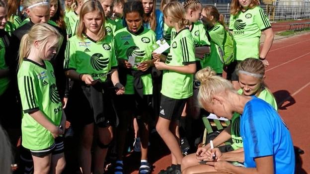 Pernille Harder fortalte pigerne om fodboldlivet i Wolfsburg og skrev også mange autografer.Foto: Bent Andersen
