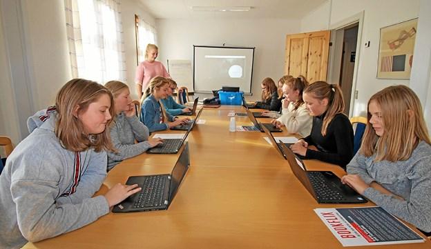 Forfatterskolen foregår på Dronninglund Bibliotek, hvor eleverne undervises af bibliotekar Nikoline Asmund Thomsen. Foto: Jørgen Ingvardsen