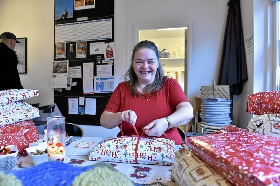 Linda Hvass elsker at komme som frivillig en gang om ugen på Rampen. Værestedet vil gerne have flere frivillige. Foto: Ole Iversen