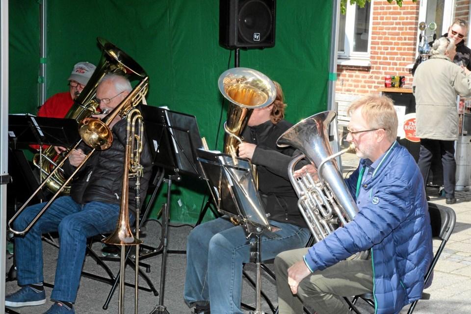 Brassbandet fra Øland underholdt på torvet og havde Gjøls egen Kay Werner på trommer og sang. Flemming Dahl Jensen