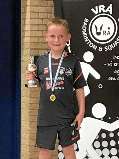 En stolt vinder fra Bjergby-Mygdal Idrætsforenings badmintonafd.  Privatfoto